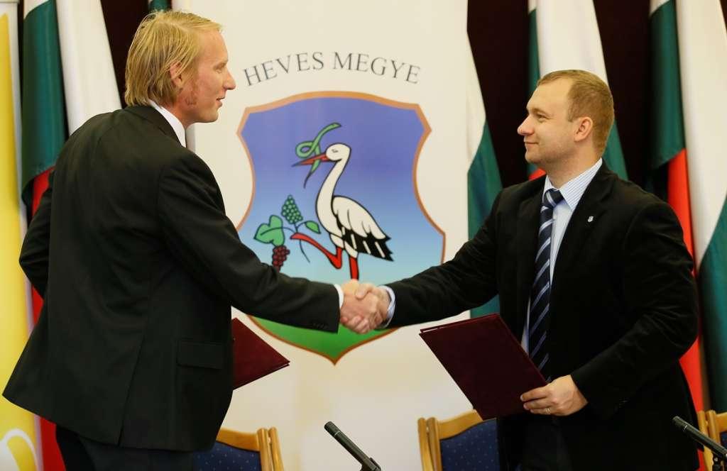 Rádics Balázs és Szabó Róbert az együttműködési megállapodás aláírása után