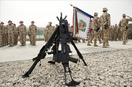 Januártól tovább emelkedik a katonák bére