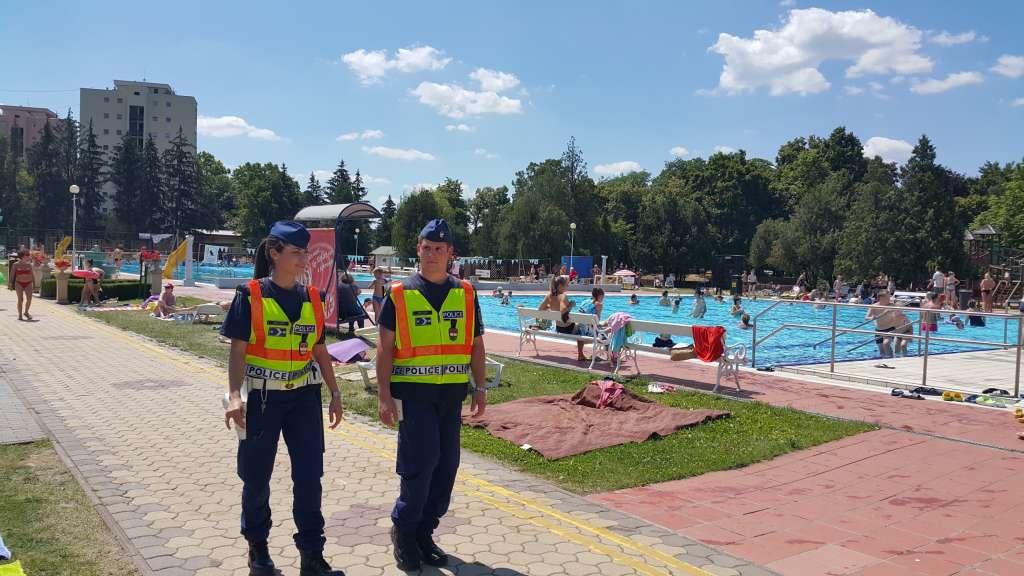 Zsaruk a strandon: nem fürdeni mennek