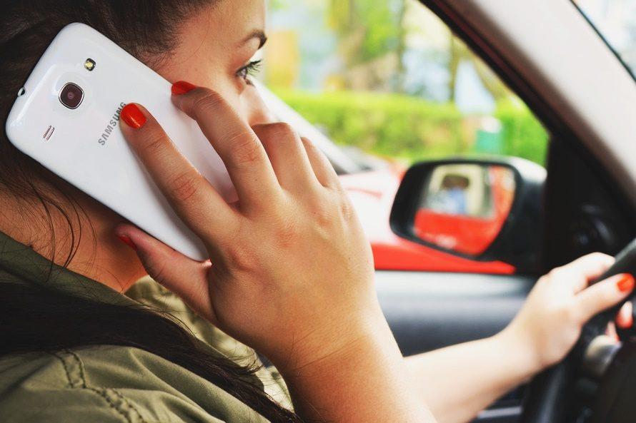 Egyébként sem ajánlott, de ilyen melegben pláne hanyagoljátok a telefonálást a volán mögül
