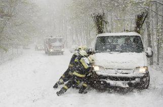 Mátraszentimre, 2017. április 19. Tûzoltók egy elakadt teherautót mentenek a hóesésben Mátraszentimre közelében 2017. április 19-én. MTI Fotó: Komka Péter