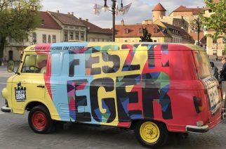 Trélerrel költözött a Dobó térre a lufival bélelt hippi Barkas – Videó!