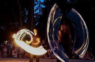 Tűzzsonglőrök Felsőtárkányon Szent Iván éjjelén - Fotó: Rakusz Márta