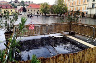 Elkerítették és hamarosan kijavítják a Dobó téren beszakadt szökőkutat