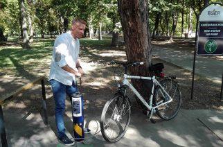 Kovács Cs. Tamás mutatja be az Érsekkertben elhelyezett biciklipumpát - Fotó: Molnár Helga
