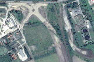 A google műholdképén jól látszik a M25-ös út építése a vasúttal párhuzamosan