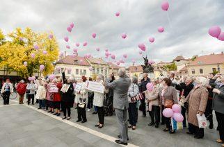 Rózsaszín szalagos sétával hívták fel a figyelmet a mellrák elleni küzdelemre