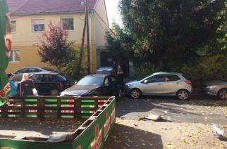 Két autó karambolozott a belvárosban