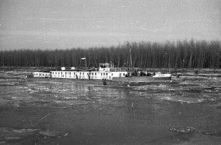 Eger jégben az Al-Dunán, 1961 (Fotó: Drobni Nándor/Droppa Kálmán)