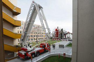 Tűzoltón érkezett az egri kórházba a Télapó
