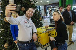 Kiss Norbi és párja is elhelyezte az adományukat - Fotó: Nemes Róbert