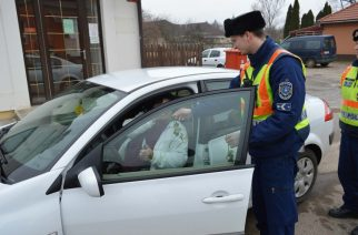 Közúti ellenőrzés nőnapon: sok hölgynek járt a virág