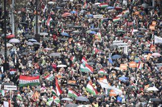 A Békemenet résztvevõi a díszünnepségen az Országház elõtti Kossuth Lajos téren (MTI Fotó: Bruzák Noémi)