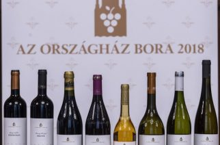 Budapest, 2018. június 1. A nyertes borok Az Országház Bora 2018 pályázat díjkiosztó ünnepségén a Parlament Vadásztermében 2018. június 1-jén. Második alkalommal választották meg Az Országház Borait; a pályázaton nyertes nyolc tétel az Országház fontosabb eseményein képviseli majd Magyarországot. MTI Fotó: Szigetváry Zsolt