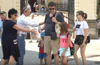 Hőség. Vizet osztottak a Fidelitas és a Fidesz egri szervezetének tagjai