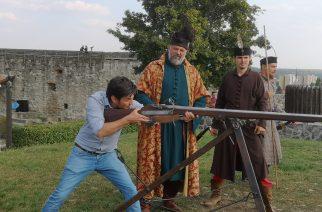 Krüzsely Gábor festőművész adta le az 15.52-es díszlövést az egri várban – videó