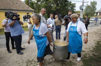 Kötcse, 2018. szeptember 8. Ételt visznek a Polgári Magyarországért Alapítvány rendezvényére, a Polgári Piknikre a kötcsei Dobozy kúriához 2018. Szeptember 8-án. MTI Fotó: Varga György