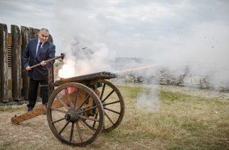 Szendrei László a NAK megyei elnöke adta le az 15.52-es díszlövést az egri várban – videó
