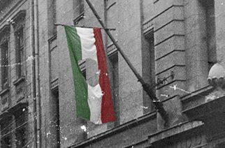 A Nemzeti Múzeumban tekinthető meg a Széna téri lyukas zászló