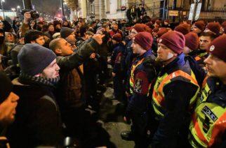 Budapest, 2018. december 12. Az ellenzéki pártok kezdeményezésére a munka törvénykönyvének módosítása ellen indult tüntetés résztvevői a Fidesz Lendvay úti székházánál 2018. december 12-én. MTI/Mónus Márton