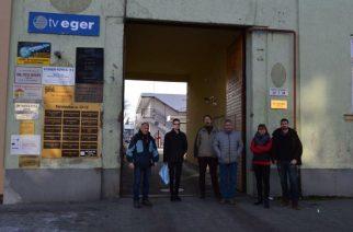 Megostromolta (volna) az ellenzék a Tv Eger-t, csak nem tudták hogy nincs élő adás – VIDEÓ