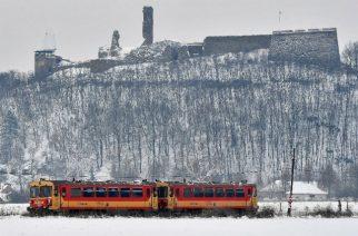 Személyvonat a behavazott nógrádi vár közelében, 2019. január 9-én - Fotó: MTI/Máthé Zoltán