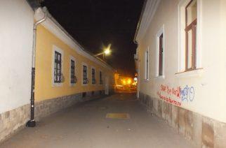 Festékkel fújt feliratokat több egri ház falára a két lány
