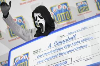 Sikoly-maszkban vette át lottónyereményét