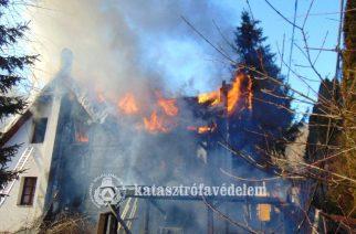 Tragédia: kiégett egy családi ház Szarvaskőnél