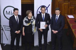 Tóth Zoltán, a Get-Energy Kft. ügyvezető igazgatója (j2), miután átvette az Energiahatékony mentori díjat Szili Katalintól, a Nemzeti Fenntartható Fejlődési Tanács (NFFT) alapítójától és tiszteletbeli elnökétől, a Virtuális Erőmű Program (VEP) védnökétől (b2) a program X. jubileumi díjátadón az Országház Felsőházi üléstermében 2019. március 6-án, a nemzetközi energiatakarékossági világnapon. Balról  Molnár Ferenc, a Virtuális Erőmű Programot (VEP) működtető Magyar Innováció és Hatékonyság Nonprofit Kft. (MI6) tulajdonosa (b), jobbról Mezősi Balázs, a Virtuális Erőmű Program (VEP) operatív igazgatója (j). MTI/Bruzák Noémi