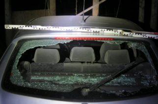 Csempével törte be az udvaron parkoló autó hátsó szélvédőjét