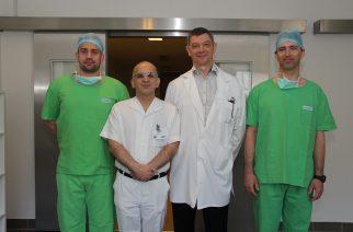 Fotó: Birinyi Zsófia  A képen: Dr. Flaskó Tibor PhD. egyetemi docens,Dr. Mansour Bassel osztályvezető főorvos, dr. Sereg Róbert és dr. Monyók Ádám a műtét előtt.